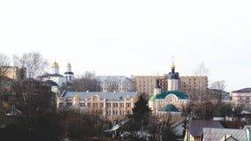 Vue de ville avec le point de repère d'église Longueur courante Paysages urbains pendant le jour d'hiver banque de vidéos