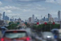 Vue de ville de Bangkok avec la tache floue du trafic pour le copyspace photographie stock libre de droits