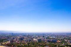 Vue de ville d'Almaty de colline de Koktobe, Kazakhstan photographie stock libre de droits
