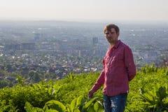 Vue de ville d'Almaty Jeune homme dans la chemise rose Images stock