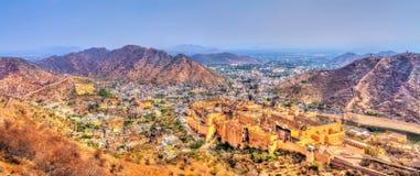 Vue de ville d'Amer avec le fort Une attraction touristique importante à Jaipur - au Ràjasthàn, Inde Photos stock