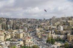 Vue de ville d'Amman avec le grands drapeau de la Jordanie et mât de drapeau, Amman Photographie stock