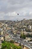 Vue de ville d'Amman avec le grands drapeau de la Jordanie et mât de drapeau, Amman Photos stock