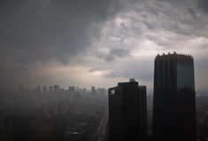 Vue de ville le soir pluvieux Photo stock