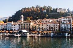 Vue de ville de Bellagio Lac et montagnes lac de l'Italie de como Photo stock