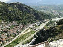 Vue de ville de Berat à partir du dessus du château Photographie stock libre de droits