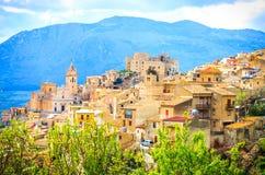 Vue de ville de Caccamo sur la colline avec le fond de montagnes le jour nuageux en Sicile images libres de droits