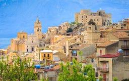 Vue de ville de Caccamo sur la colline avec le fond de montagnes le jour nuageux en Sicile photographie stock