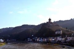 Vue de ville de Cochem et château de Reichsburg image stock