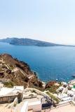 Vue de ville de Fira - île de Santorini, Crète, Grèce. Escaliers en béton blancs menant vers le bas à la belle baie Photos stock