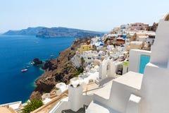 Vue de ville de Fira - île de Santorini, Crète, Grèce. Escaliers en béton blancs menant vers le bas à la belle baie avec le ciel b Photographie stock libre de droits