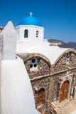 Vue de ville de Fira - île de Santorini, Crète, Grèce Escaliers en béton blancs menant vers le bas à la belle baie avec le ciel b Images libres de droits