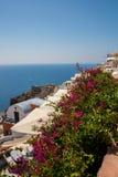 Vue de ville de Fira - île de Santorini, Crète, Grèce Escaliers en béton blancs menant vers le bas à la belle baie avec le ciel b Image libre de droits