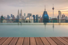 Vue de ville de Kuala Lumpur avec les tours célèbres de Petronas Images stock