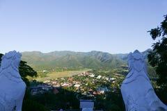Vue de ville de Mae Hong Son en Thaïlande du nord avec la piste de l'AI Photos libres de droits