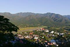 Vue de ville de Mae Hong Son en Thaïlande du nord avec la piste de l'AI Photos stock