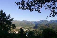Vue de ville de Mae Hong Son en Thaïlande du nord avec la piste de l'AI Image libre de droits