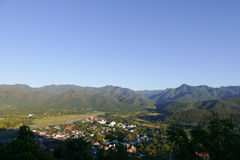 Vue de ville de Mae Hong Son en Thaïlande du nord avec la piste de l'AI Images stock