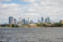 Vue de ville de Perth par temps nuageux de parc de Burswood Photographie stock libre de droits