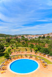 Vue de ville de Silves et de piscine Photos stock