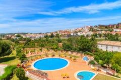 Vue de ville de Silves et de piscine Image libre de droits