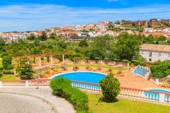 Vue de ville de Silves et de piscine Photos libres de droits