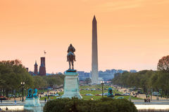 Vue de ville de Washington DC au coucher du soleil, y compris Washington Monument Image libre de droits