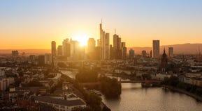 Vue de ville de Francfort au coucher du soleil Image stock