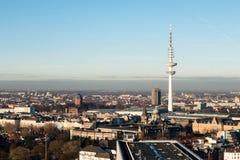 Vue de ville de Hambourg avec la tour de TV au ciel bleu et au coucher du soleil Allemagne photo stock