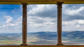 Vue de ville historique de Motovun sur le paysage montagneux image libre de droits