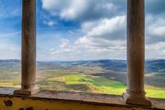 Vue de ville historique de Motovun sur le paysage montagneux photos libres de droits
