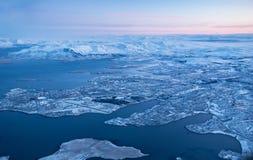 Vue de ville de Keflavik en hiver par la fenêtre d'avion Image stock