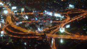Vue de ville de l'autoroute dans la grande ville Circulation la nuit Urbain banque de vidéos