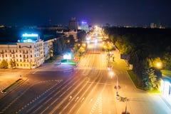 Vue de ville de nuit Minsk à l'antenne de nuit photos stock