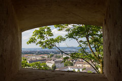 Vue de ville par l'intermédiaire de fenêtre sur Grossfurst Konstantin Fortress, Coblence, Allemagne Photographie stock