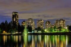 Vue de ville de scape de nuit, Coquitlam, une plus grande région de Vancouver, Canada photos libres de droits