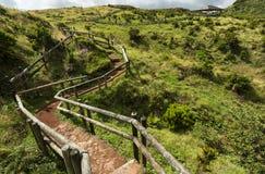 Vue de voie avec les barrières en bois au-dessus des fumerolles, Furnas de Enxofre, Terceira, Açores, Portugal photographie stock