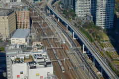 Vue de voie de train de balle de Shinkansen à la station de Tokyo, Japon Image stock