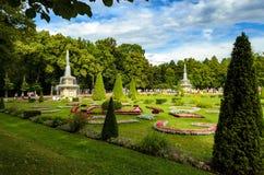 Vue de voie et de fontaines en parc inférieur, Peterhof, Russie Photos stock