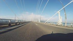 Vue de voiture : entraînement le long du pont russe câble-resté Vladivostok, Russie banque de vidéos