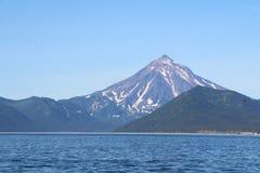 Vue de volcan de Vilyuchinsky et de x28 ; a également appelé Vilyuchik& x29 ; de l'eau photographie stock libre de droits