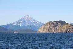 Vue de volcan de Vilyuchinsky et de x28 ; a également appelé Vilyuchik& x29 ; de l'eau images libres de droits