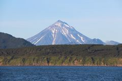 Vue de volcan de Vilyuchinsky et de x28 ; a également appelé Vilyuchik& x29 ; de l'eau photos libres de droits
