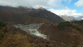 Vue de voyage de basecamp d'Everest - vue de Khumjung banque de vidéos