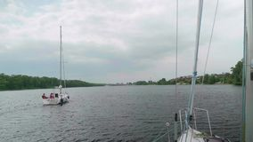 Vue de yacht de navigation de panneau de l'autre yacht clips vidéos