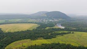 Vue de Yuraktau de montagne aux champs, à la rivière, à la forêt et au Sheehan Photographie stock