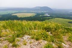 Vue de Yuraktau de montagne aux champs, rivière, forêt Images stock