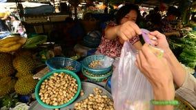 Vue des écrous frais au marché en plein air en Pham Ngu Lao - Ho Chi Minh City (Saigon) banque de vidéos