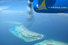 Vue des îles Maldives de l'hydravion Photographie stock libre de droits