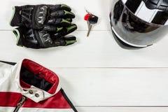 Vue des accessoires de cavalier de moto placés sur le tabl en bois blanc Image libre de droits